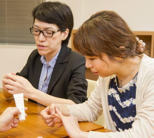 仕事用とプライベート用のハンドクリームを使い分ける山本さんの写真