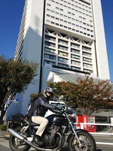 バイクに乗っている岩本さんの写真