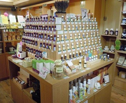 アロマ専門ショップにて店頭に並ぶアロマの写真