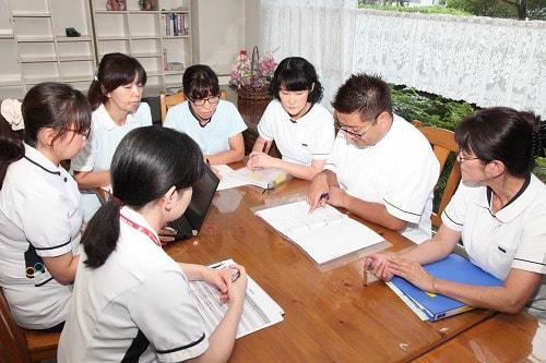 看護研究の発表に向けて、プレゼンテーションの練習にも取り組んでいる西山さんと岡田さんの写真