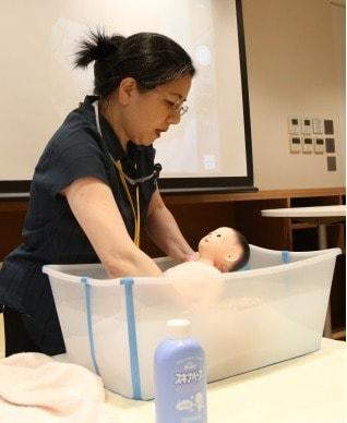 新生児の沐浴デモンストレーション