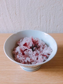 お茶碗に入ったハイビスカスご飯の写真