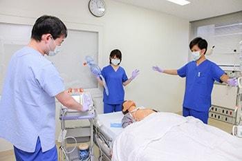 周囲の人が患者さんから離れていることを確認している写真