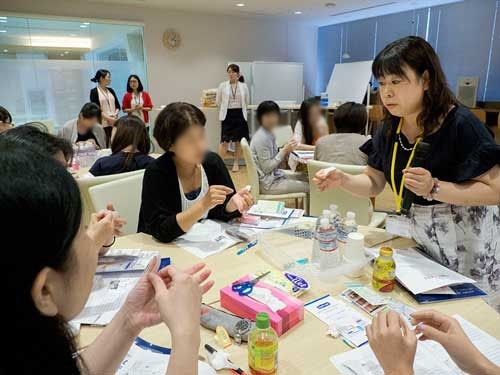 爪囲炎へのテーピング法について指導する西島先生の写真