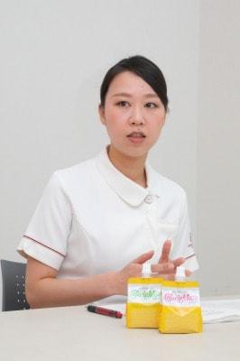 嚥下機能が低下した患者さんの状況を語る浦上さんの写真