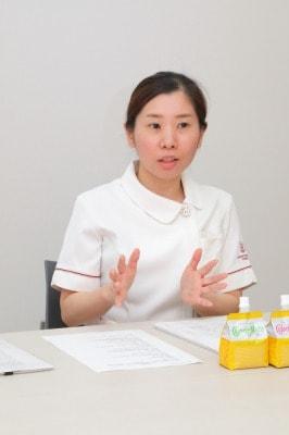褥瘡の患者さんの状況教を語る冨田さんの写真