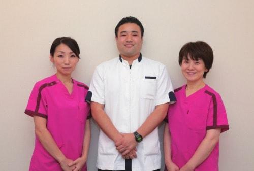 田山輝美看護師、家田淳史救急救命士、石塚智子師長の写真