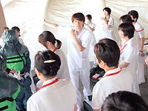 化学テロを想定した訓練で、説明をする上川さんの写真