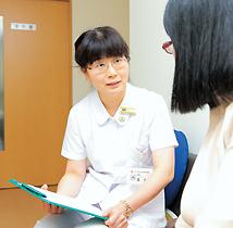 待合室で患者さんと話す長島さんの写真