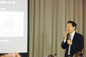 口腔粘膜炎の発症部位がほぼ決まっていることを解説する大田先生の写真