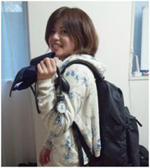 常備している血圧計を片手に、訪問に出かけていく田川さんの写真