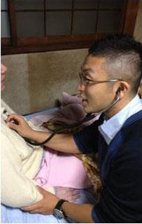 S様のお宅へ訪問中の看護師の写真