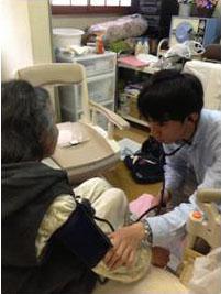 Y様を訪問中の新卒看護師・小瀬さんの写真