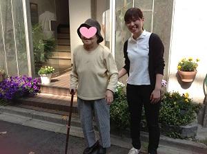 アプロに見学に訪れたUさん(右)と利用者様の写真