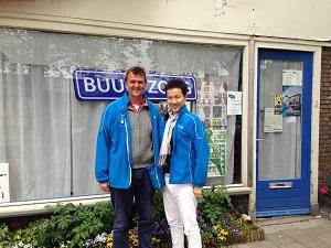 「Buurtzorg」の男性看護師アレキサンダー(左)と川添(右)さんの写真