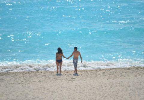 カップルが海にいる写真