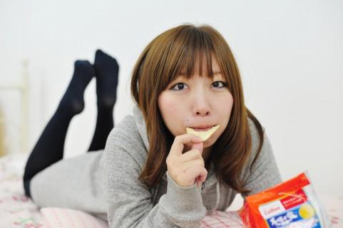 お菓子を食べている写真