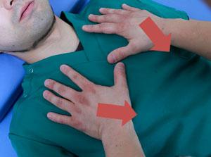 第4肋骨より上の胸郭に手を置き、圧迫する、実践写真