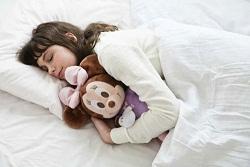 ハグ&ドリーム ミニーマウスを抱え寝ている写真