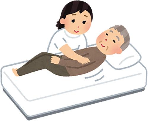 看護師の援助を受け、ゆっくりと横になる患者さん