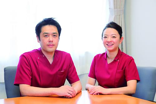 飯塚智彦感染管理認定看護師と田寛子皮膚・排泄ケア認定看護師の写真
