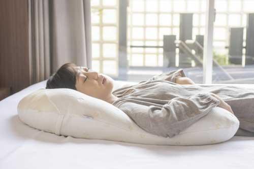 馬蹄形をしたユニークな形状が、頭だけでなく、首や肩、腕までも優しく支える。こりない抱かれ枕